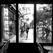 6.Sur_le_trottoir_en_n_b.jpg
