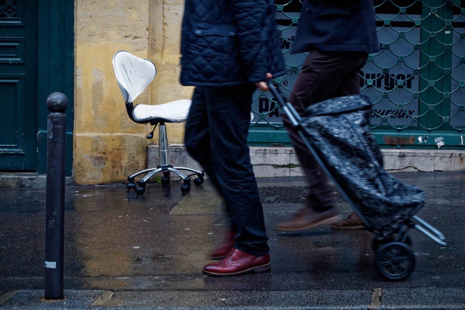 Des chaussures violet et una chaise